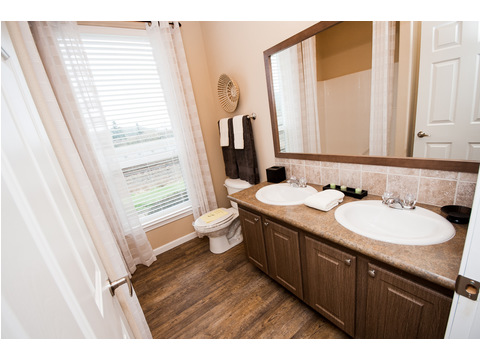 2nd bathroom - The Mt. Shasta 5V465A4 manufactured home by Palm Harbor Homes
