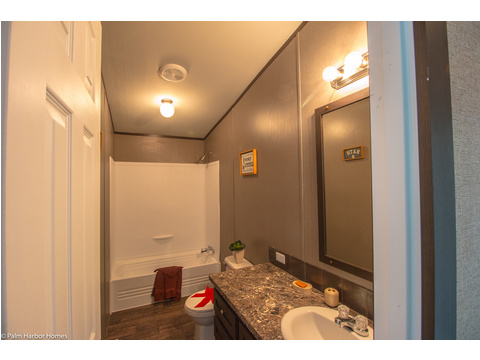 A wonderful secondary bathroom with lots of space!