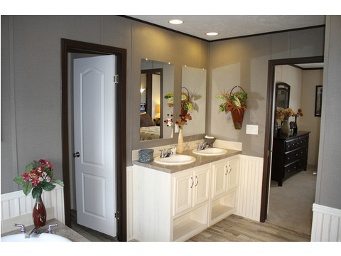Great master bath in the 28603A model at Palm Harbor Homes - a 1600 square foot manufactured home with 3 bedrooms and 2 bathrooms and much more! www.palmharbor.com