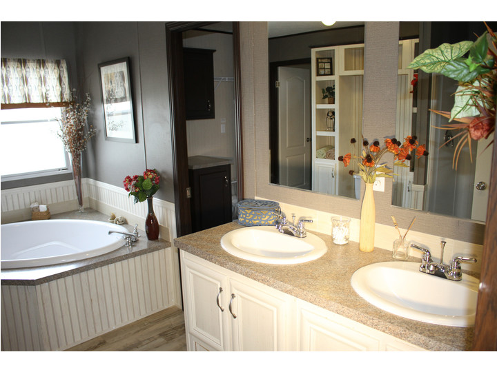 Great master bath in the 28603A model at Palm Harbor Homes - a 1600 square foot