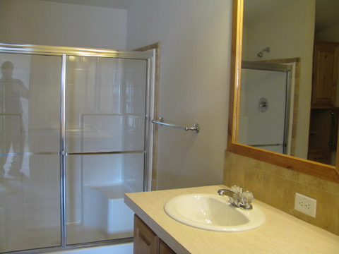 Master bathroom in the Mountain View III manufactured home with 3 Bedrooms, 2 Baths, 1908 Sq. Ft.