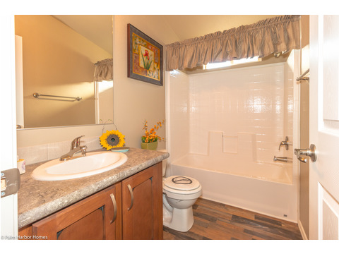 Guest bathroom - The Monterey I LCD2857A, Palm Harbor Homes