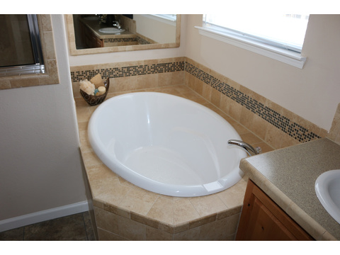 Grande Isle II Master Bath Tub by Palm Harbor Homes - 4 Bedrooms, 2 Baths, 2,356 Sq. Ft.