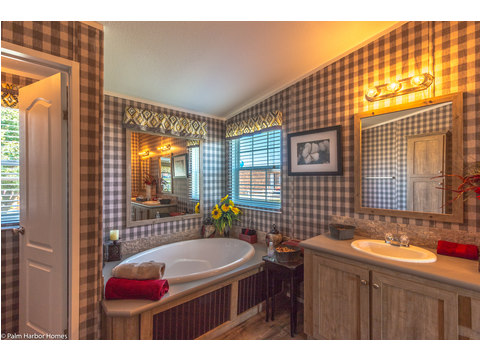 Master bath - Heritage Home III TLP360A5, 3 Bedrooms, 2 Baths, 1,640 Sq. Ft. - a manufactured home by Palm Harbor Homes.