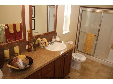 The Klamath - master bath. Picture of home by manufactured/modular builder Palm Harbor.