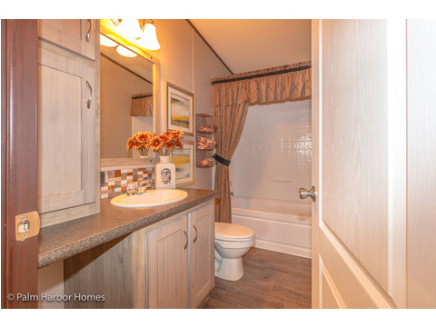 Guest Bath - the Lucky 7 Model II ML28724L Palm Harbor manufactured two section home - 4 Bedrooms, 3 Baths, 1,967 Sq. Ft. Available in Louisiana, Mississippi, New Mexico, Oklahoma and Texas.