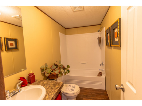 Model 16763V Secondary bathroom - Palm Harbor Homes - 3 Bedrooms, 2 Baths, 1,178 Sq. Ft.
