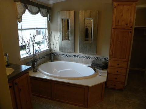 The glamorous bath area in the same Bonanza Flex model as the last photo - The Bonanza Flex SCXE64F1 or VR47643A by Palm Harbor Homes