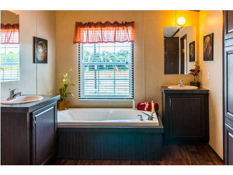 Great master bath in our Model 32523P manufactured home with 3 Bedrooms, 2 Baths, 1560 Sq. Ft.