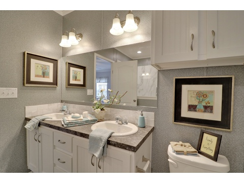 Master bathroom - Encore SM18763E by Palm Harbor Homes