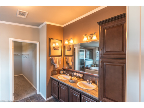 In keeping with the rest of the home, the master bath is simply stunning in the La Linda manufactured home by Palm Harbor with 3 Bedrooms, 2 Baths, 2280 Sq. Ft.