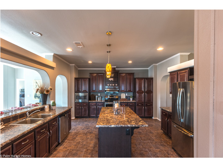 If you like creating great food and great family time in the kitchen. The La Linda VR42683A manufactured home floor plan or modular