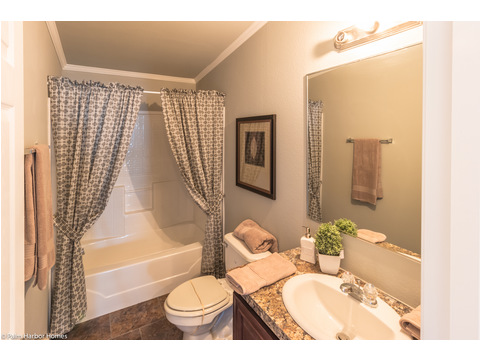 Really nice secondary bath between the secondary bedrooms in the La Linda manufactured home by Palm Harbor with 3 Bedrooms, 2 Baths, 2280 Sq. Ft.