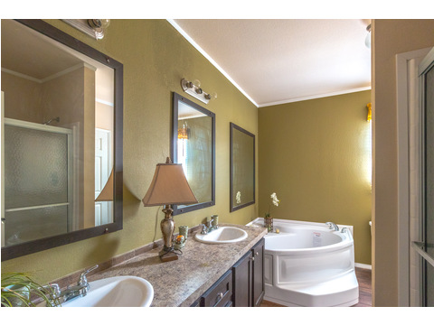 Master Bathroom in The Woodland II by Palm Harbor Homes - 3 Bedrooms, 2 Baths, 1,116 Sq. Ft.