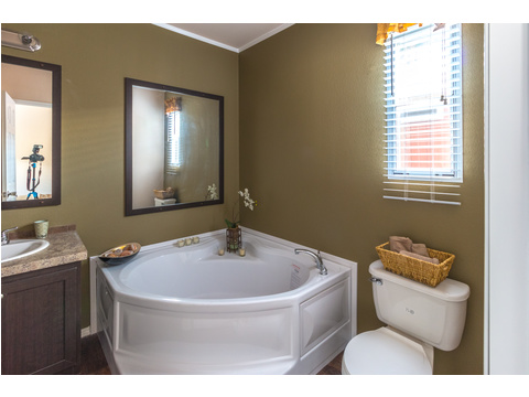 Master Bathroom tub in The Woodland II by Palm Harbor Homes - 3 Bedrooms, 2 Baths, 1,116 Sq. Ft.