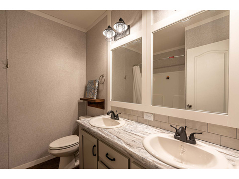 Guest bathroom in the Magnum Home 76 double wide manufactured home by Palm Harbor Homes with 4 Bedrooms, 2 Baths, 2584 Sq. Ft.
