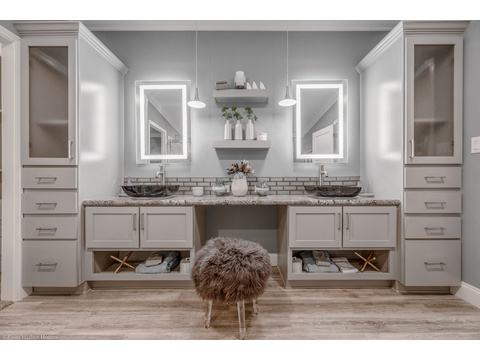 Lots of lovely light, mirrors and room in the master bath of the La Belle IV X4769H in Florida - 4 Bedrooms, 3 Baths, 2,847 Sq. Ft. triple wide manufactured home or modular home by Palm Harbor Homes