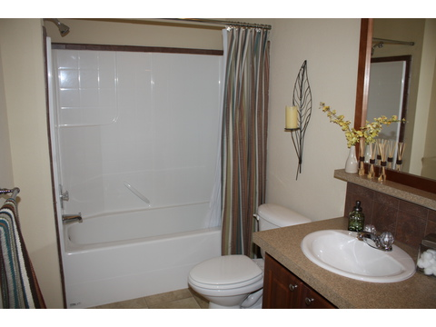 Second Bath - The Bay View II 48S09, Palm Harbor Homes