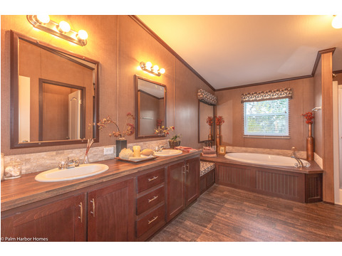 Beautiful bathroom - The Builtmore HPT476X5 by Palm Harbor Homes