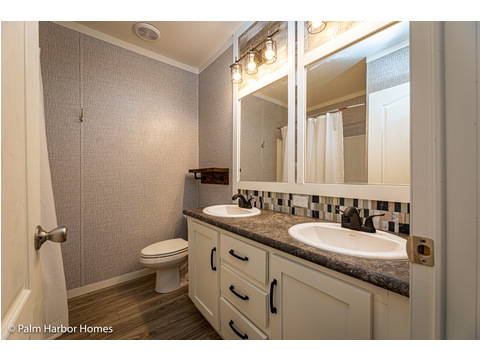 Secondary Bathroom of the Magnum home - a manufactured home by Palm Harbor Homes - with 4 Bedrooms, 2 Baths - www.palmharbor.com