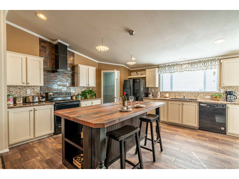 Eat-in kitchen in the Canyon Bay I Model FT32684A - 4 Bedrooms, 2 Baths, 2,108 Sq. Ft. manufactured home by Palm Harbor Homes